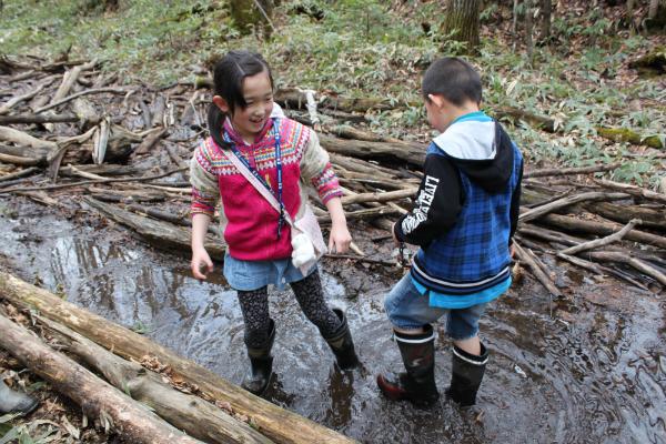 長靴で遊ぶ子供達